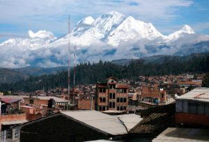 Foto-a-la-ciudad-de-Huaraz-y-la-cordillera-de-los-andes-en-el-Tour-desde-Lima-Perú-300x205