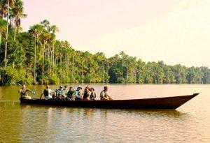 Foto-en-el-río-de-canoa-con-turistas-del-tour-ala-selva-central-del-peru-300x205